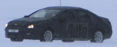 Des photographes ont surpris la Peugeot 508 camouflée, en tests dans la neige.